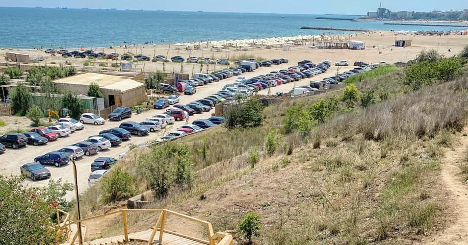 Imagine cu zona de parcare a plajei Zoom Beach week-endul trecut